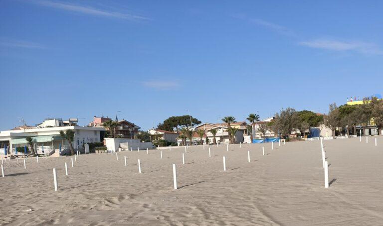 Tortoreto, spiagge libere: collocati i paletti del distanziamento