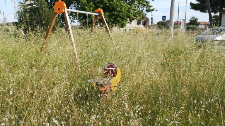 Piane Tordino, il parco abbandonato e via Romualdi (zona campo sportivo) tra le erbacce FOTO