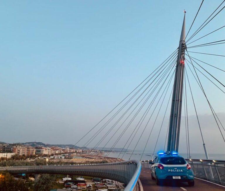 Pescara, protesta No Vax sul Ponte del Mare bloccata dalla polizia