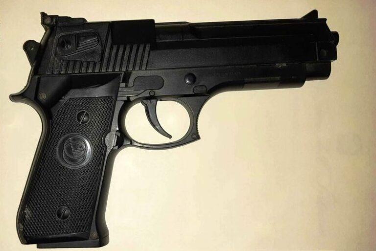 Pescara, scappa dalla polizia: inseguimento e sparatoria per arrestarlo