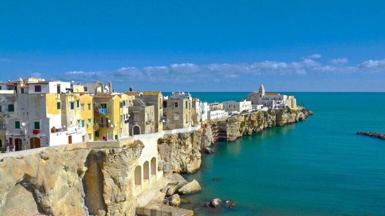 Richiami vaccinali e vacanze: le incertezze della stagione turistica