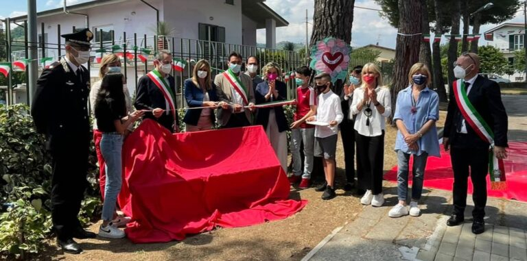 Istituto Teramo5: l'anno scolastico si chiude con l'inaugurazione di una panchina rossa FOTO