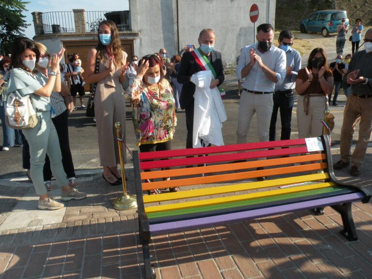 Spoltore, Alessandro Zan inaugura la panchina arcobaleno