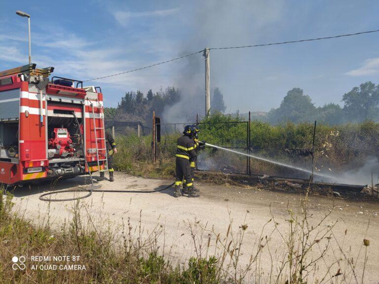 Giulianova, sterpaglie e rifiuti in fiamme nella zona industriale di Colleranesco FOTO/VIDEO