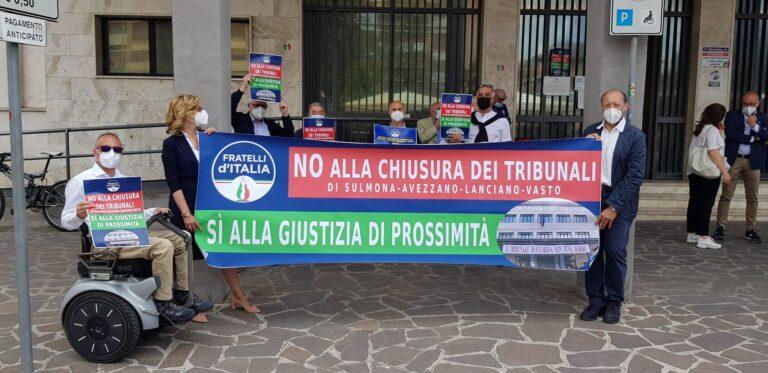 Salvezza tribunali minori in Abruzzo: il flash mob