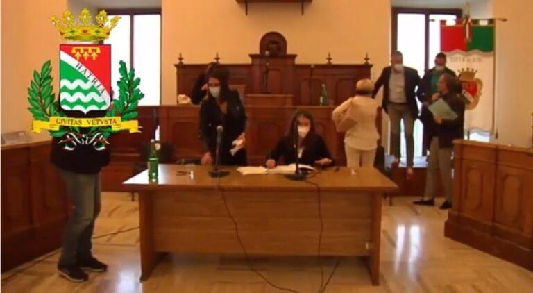 Atri, 'esternazioni inadeguate' durante l'assise sull'ospedale: chieste le dimissioni della presidente del consiglio VIDEO