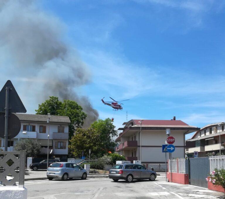 Incendio tra le case a Marina di Città Sant'Angelo FOTO/VIDEO