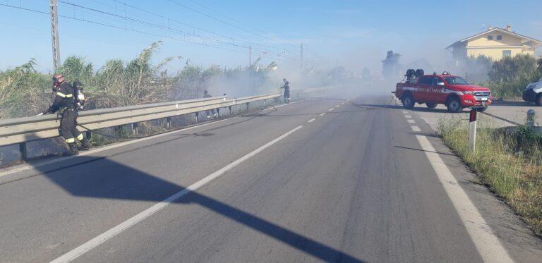 Incendio lungo la ferrovia: chiusa la SS16 tra Scerne e Pineto