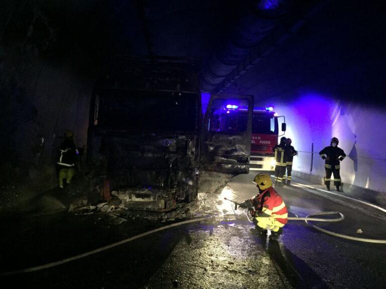 Veicolo in fiamme nel traforo del Gran Sasso. Traffico bloccato FOTO VIDEO