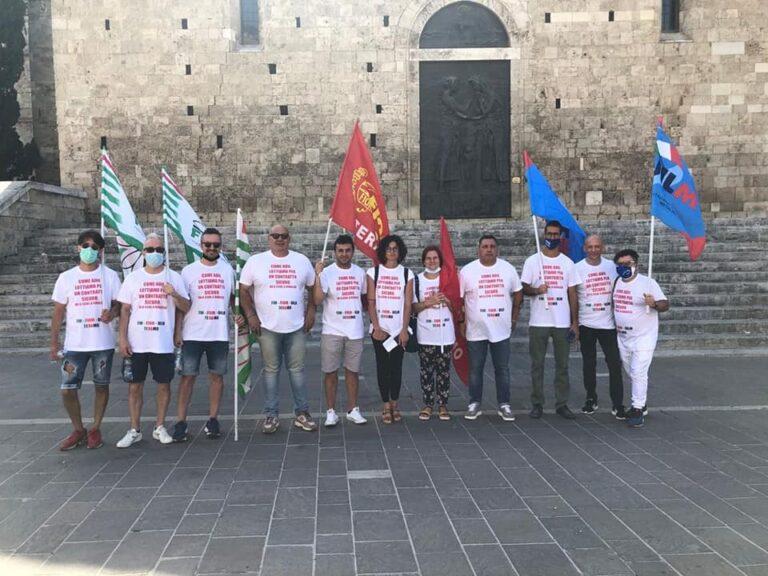"""Teramo, sindacati in piazza contro i """"contratti gialli"""""""