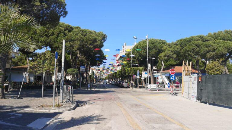Giulianova, la città si colora con gli ombrelli nelle vie del Lido. Pronta la ruota panoramica NOSTRO SERVIZIO