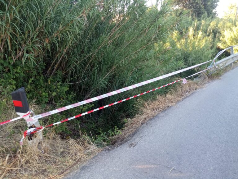Sant'Omero, ponte senza guardrail: furgone rischia di volare di sotto FOTO