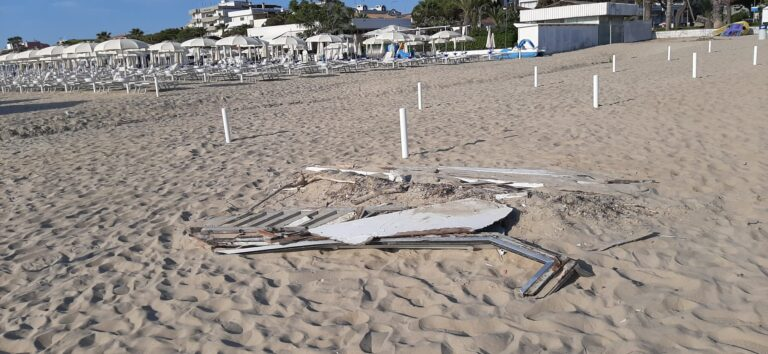 Tortoreto, pezzi della barca affondata: ancora sulla spiaggia libera