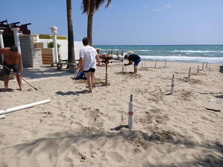 Alba Adriatica, tempo scaduto: i balneatori della zona nord iniziano ad attrezzare la spiaggia FOTO