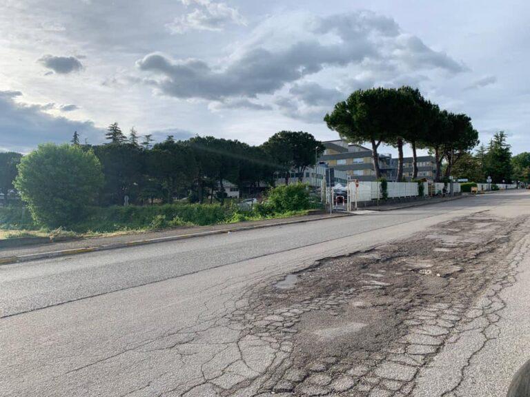 Sant'Omero, la strada dell'ospedale in condizioni pietose: quali sono le priorità della Provincia?