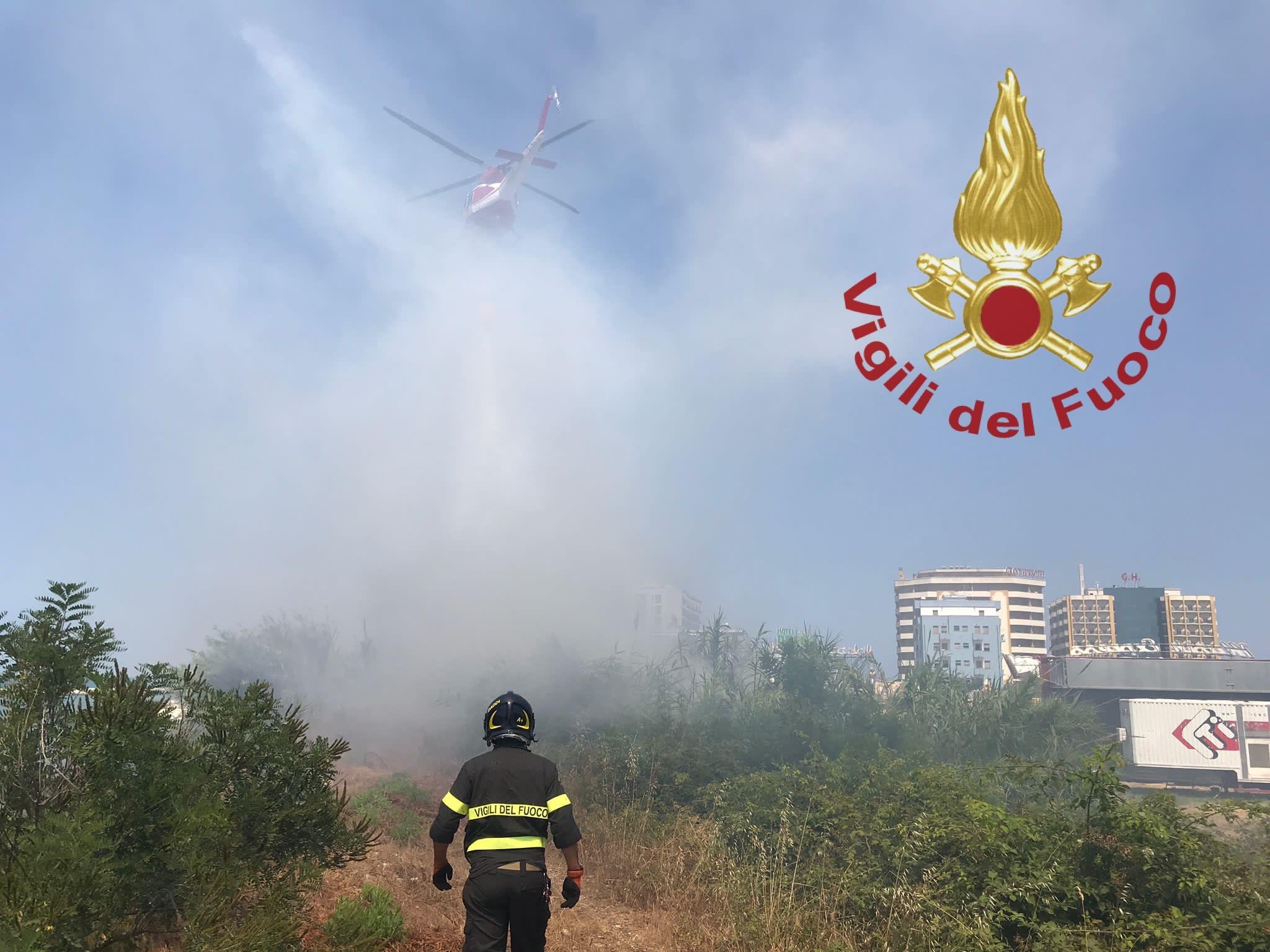 Ancora un altro incendio a Montesilvano: fiamme nella zona dei Grandi Alberghi FOTO VIDEO