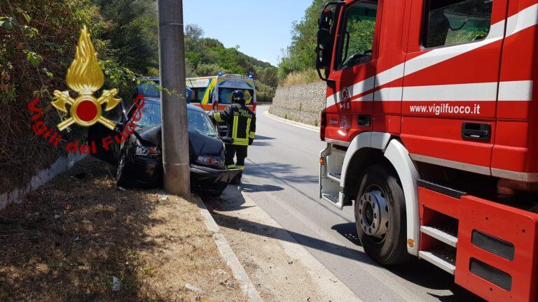 Pescara, auto si schianta contro un pilastro: 2 feriti