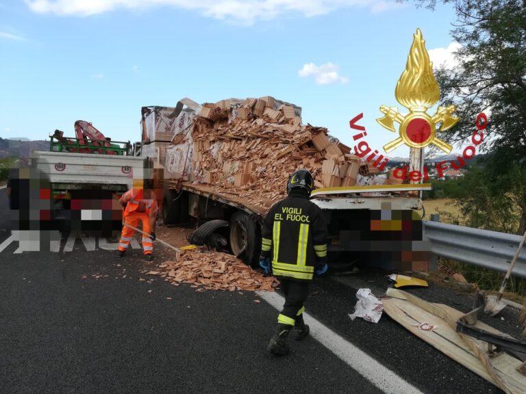 Manoppello, scontro tra 2 camion sull'autostrada-FOTO