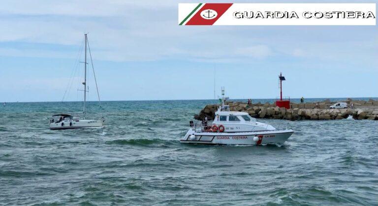 Martinsicuro, surfista in difficoltà e barca in avaria: doppio intervento della guardia costiera FOTO