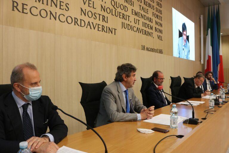 """Teramo, meeting internazionale """"La scienza per la pace"""": onorificenza al fisico Zichichi FOTO"""