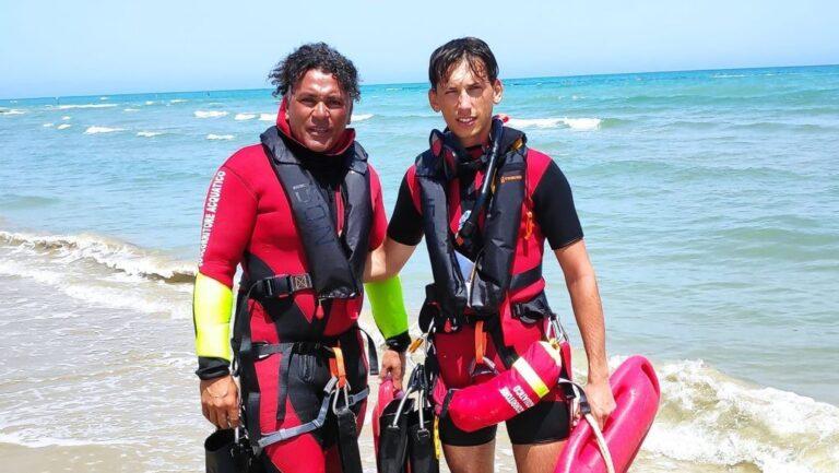 Surfista in difficoltà tra gli scogli: messo in salvo da tre bagnini a Villa Rosa