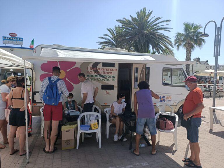 Tortoreto, vaccini in spiaggia: buona l'affluenza FOTO