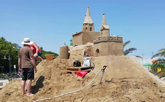 Giulianova, un castello di sabbia illuminato sul Lungomare Zara