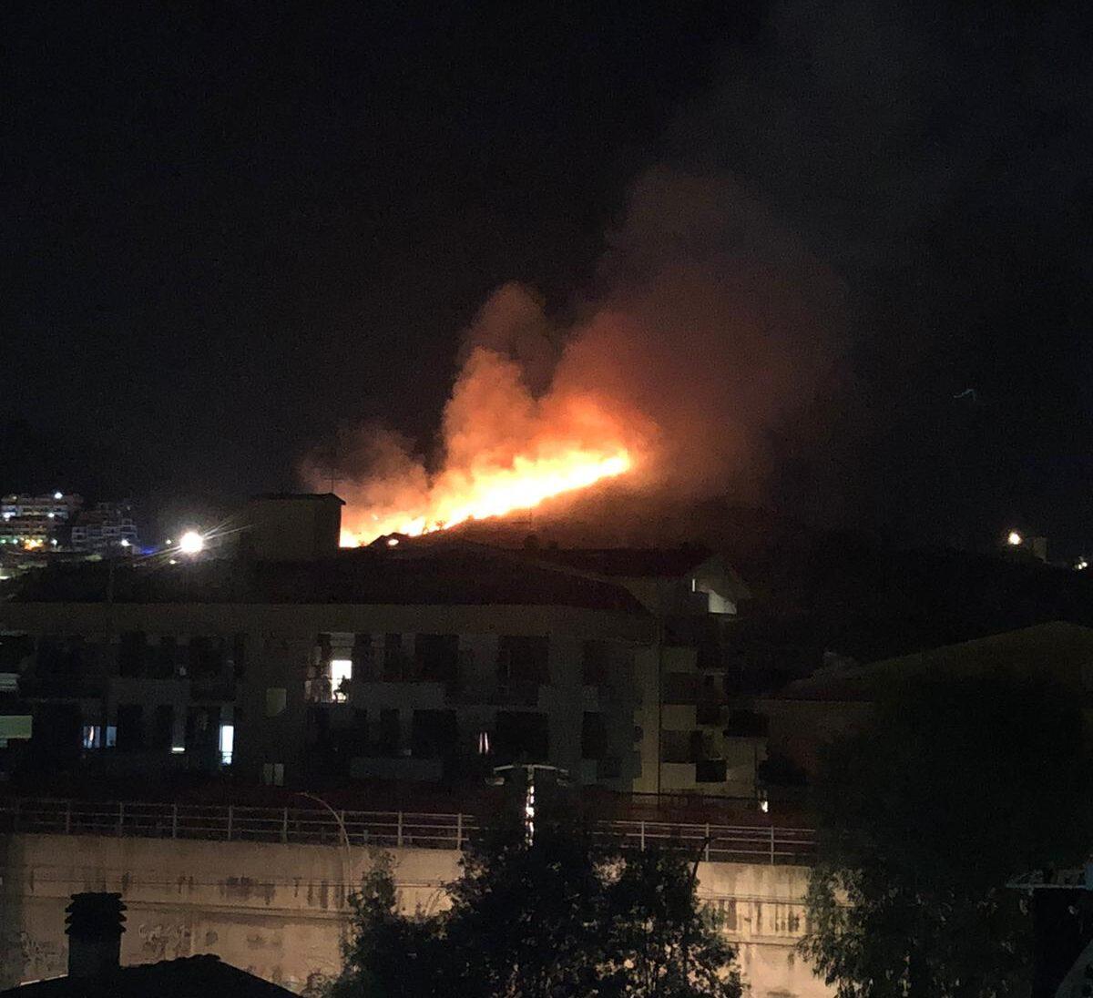 Montesilvano, Colle della Vecchia in fiamme FOTO