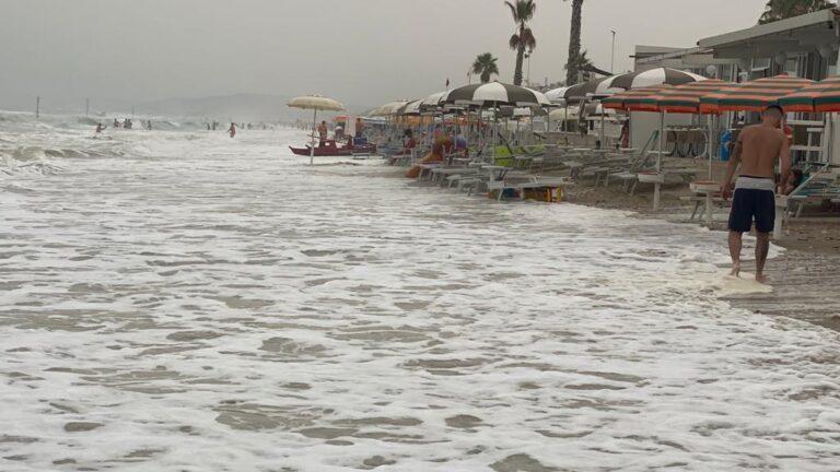 """Alba Adriatica, il mare da levante """"inghiotte"""" gli ombrelloni  FOTO"""
