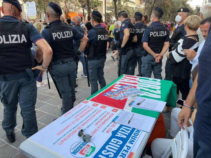 Pescara, manifestazione contro il Green Pass: aggrediti manifestanti Forza Italia