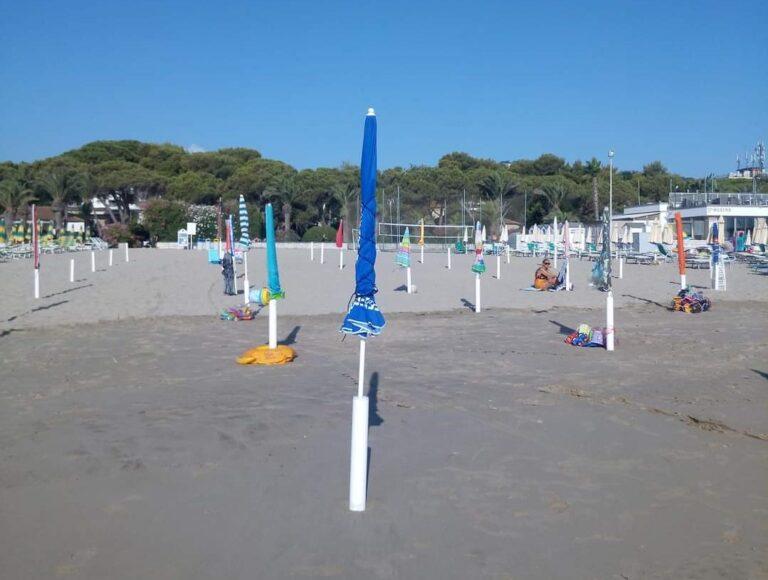 Tortoreto, ombrelloni sulle spiagge libere: la polemica corre sui social