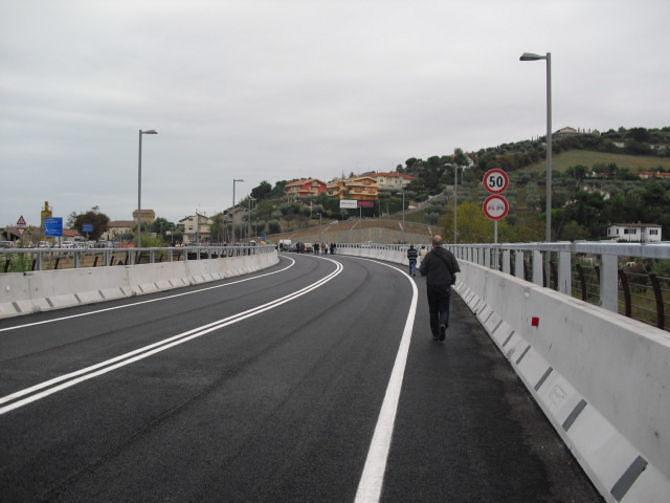 Minaccia di buttarsi dal ponte sul Tronto: giovane bloccata dai carabinieri