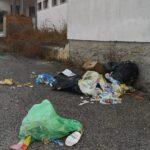 Cologna Spiaggia, rifiuti abbandonati nel piazzale del cimitero FOTO