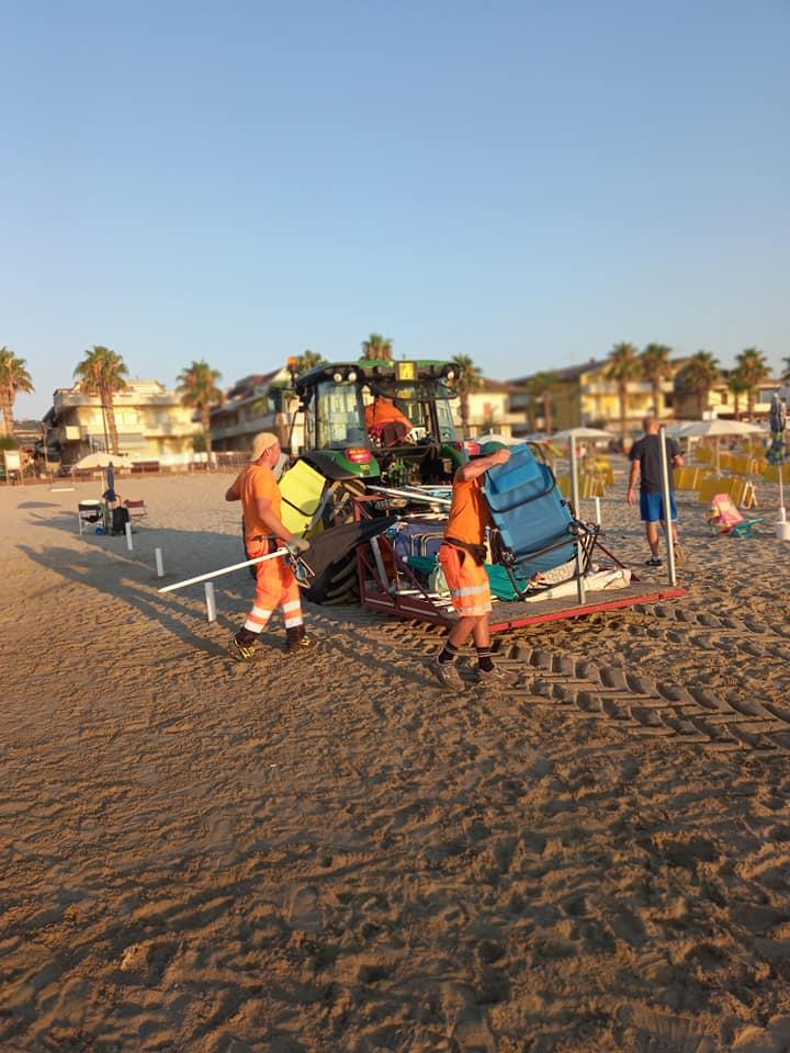 """Martinsicuro, spiaggia libera """"occupata"""": rimossi ombrelloni e sdraio"""