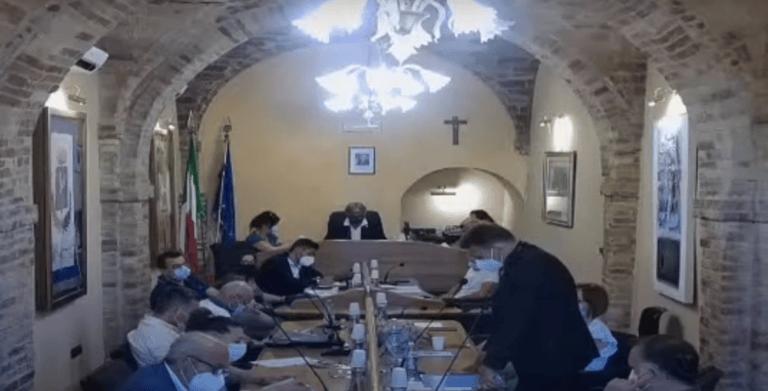 Tortoreto, debito fuori bilancio: scontro Di Nicola-Carusi in consiglio VIDEO