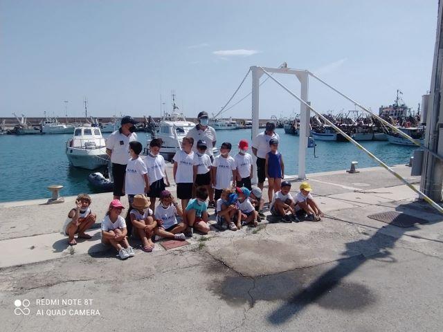 Bambini della scuola statale 'Matilde Serao' di Ortona in visita presso la sede della Guardia Costiera