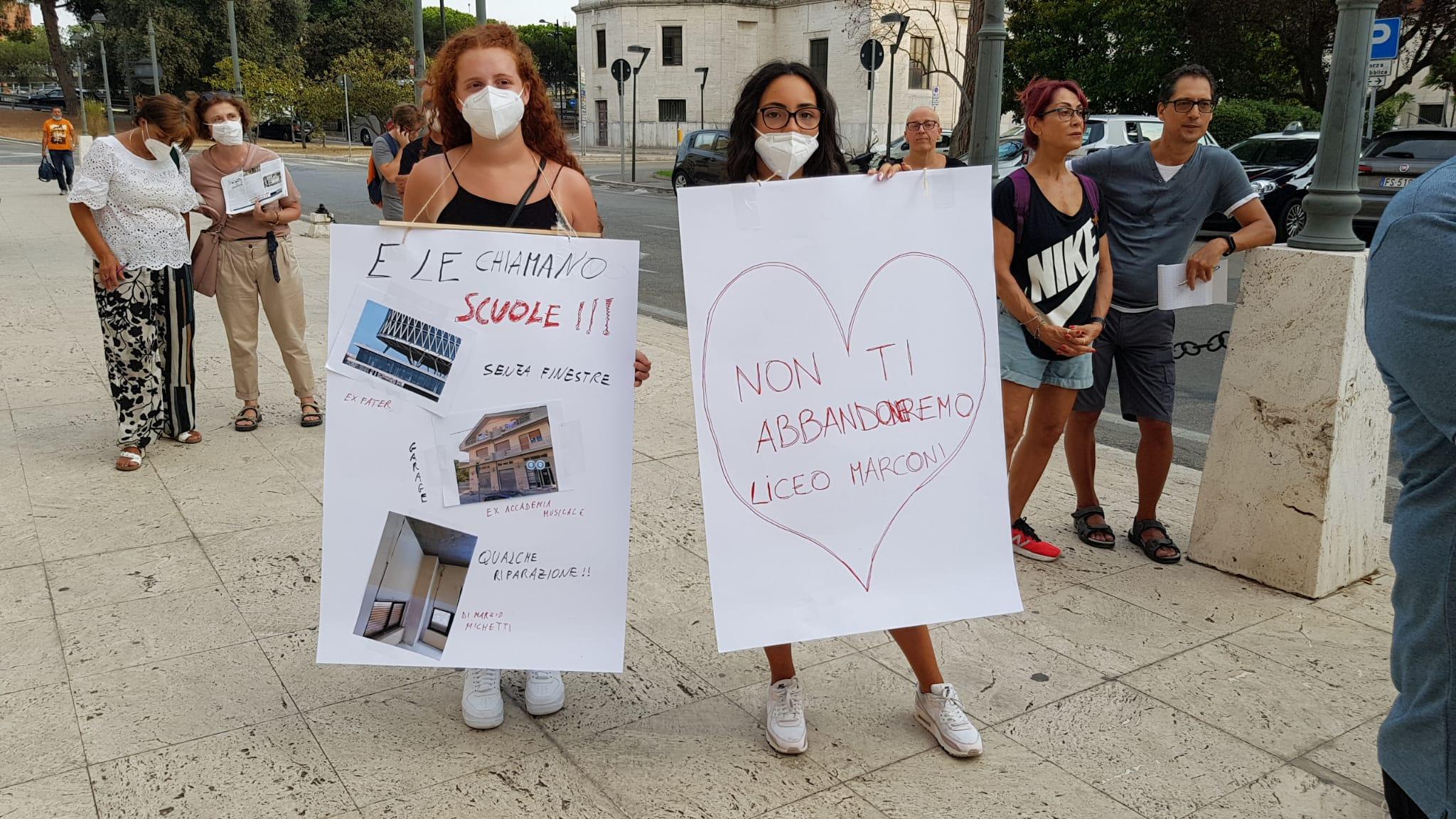 Pescara, liceo Marconi: in tanti in piazza contro lo smembramento-FOTO