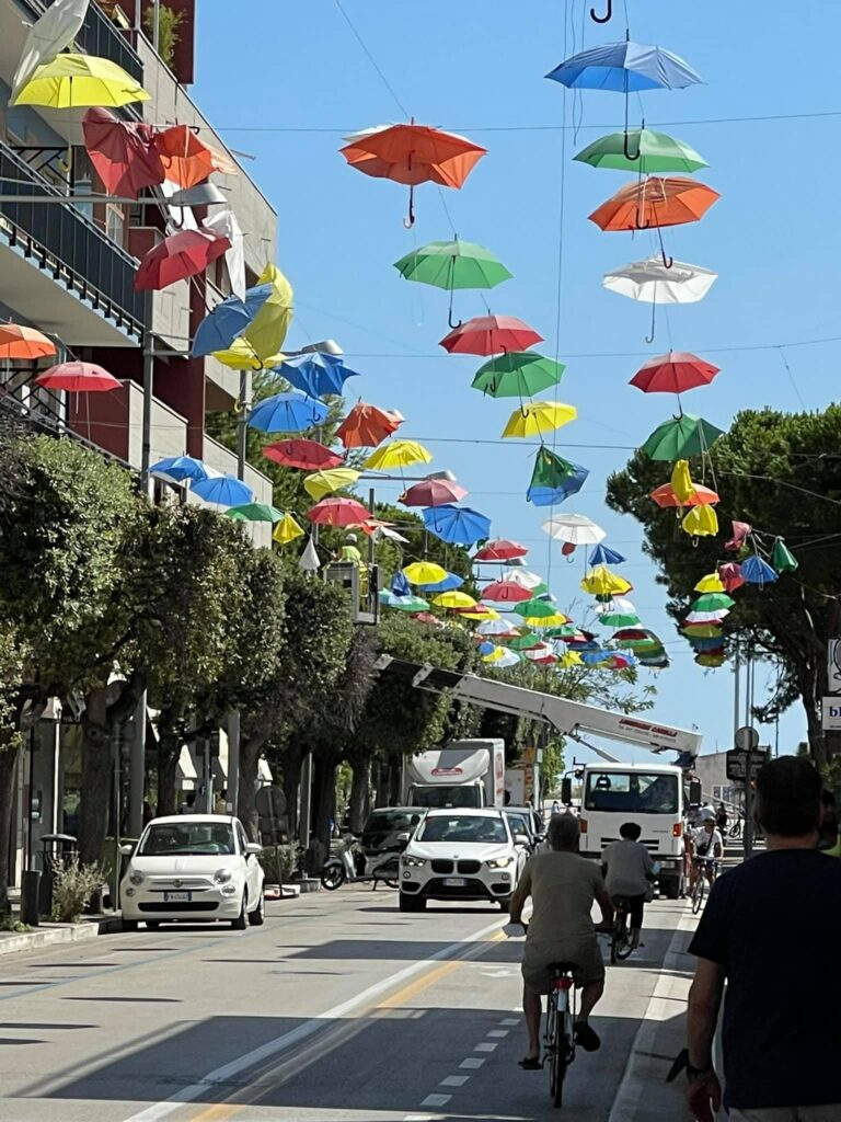 Giulianova, sostituiti gli ombrellini danneggiati dal vento