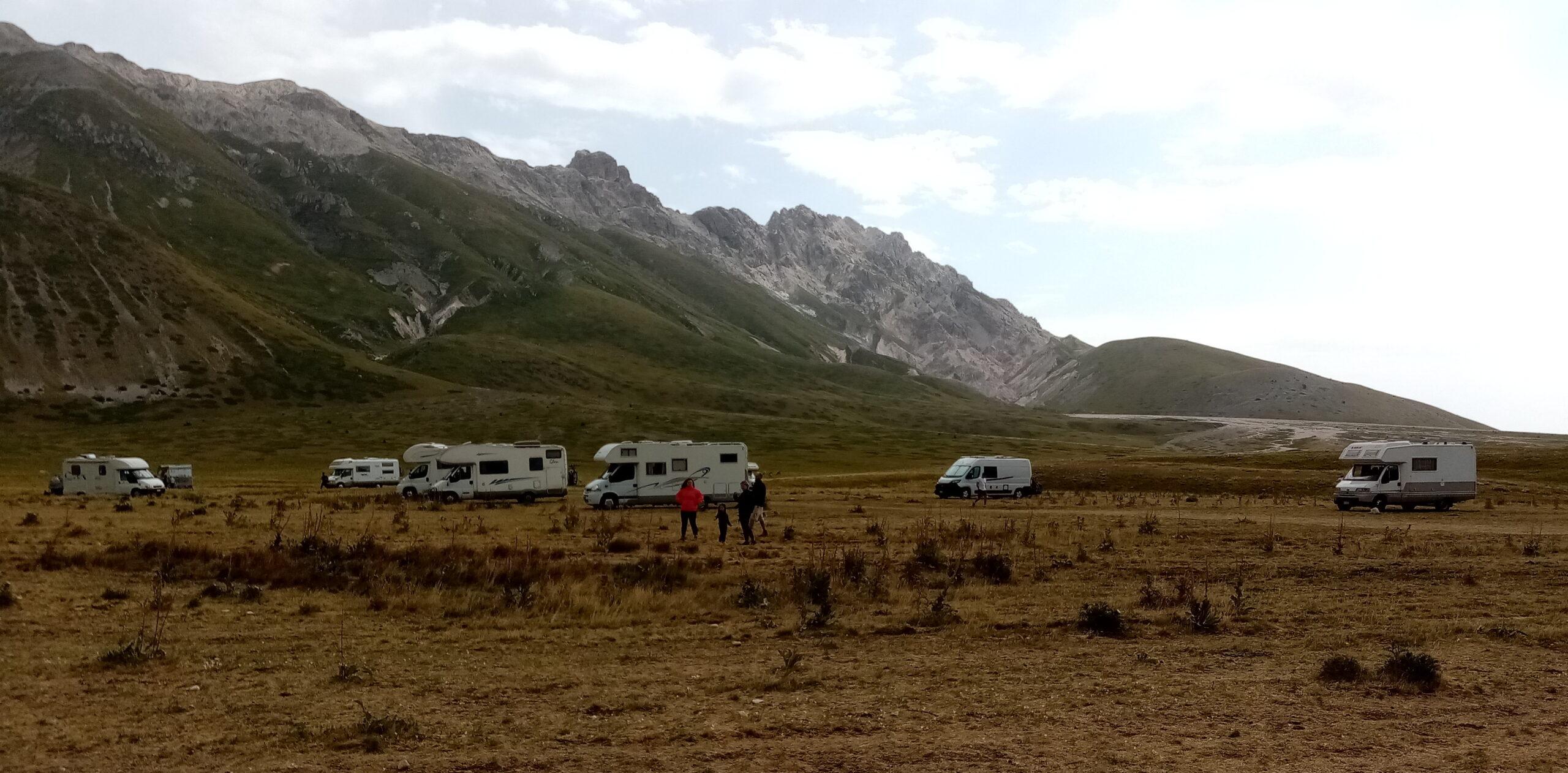 Camper e auto in sosta a Campo Imperatore: protestano gli ambientalisti FOTO VIDEO