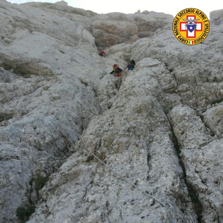 Gran Sasso, alpinista resta appeso in parete dopo un volo di 30 metri FOTO