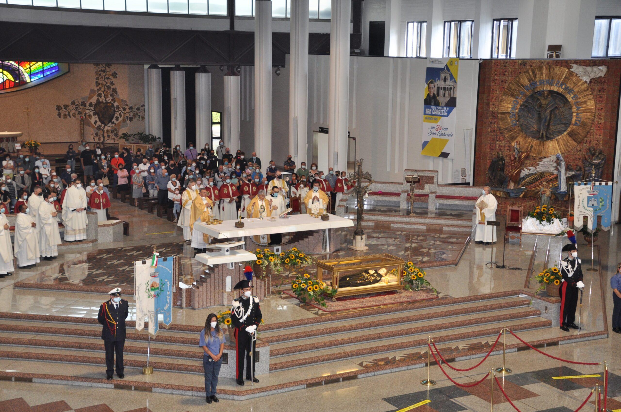 Festa popolare di San Gabriele, in migliaia al Santuario FOTO