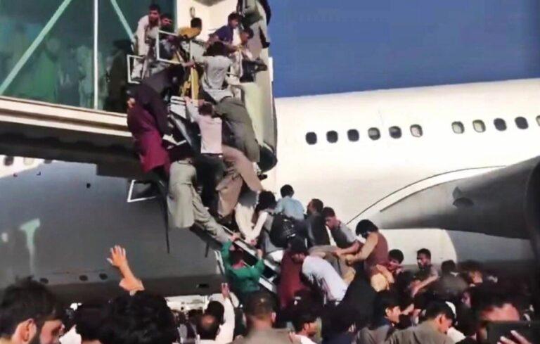 Il ritorno dei Talebani: ore drammatiche a Kabul con migliaia di persone in fuga