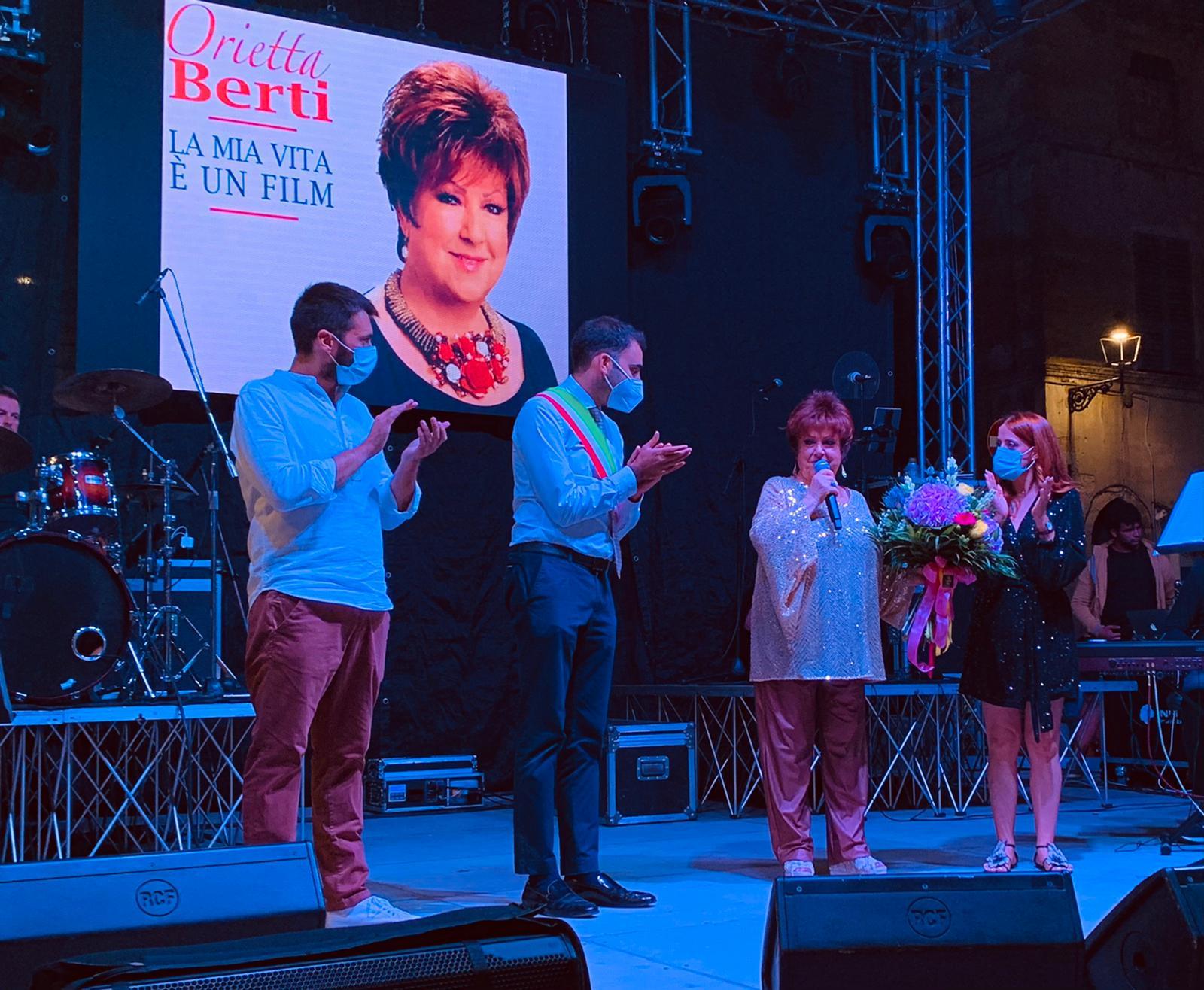 """Campli, la serata a """"Mille"""" di Orietta Berti: successo di pubblico e consensi FOTO"""