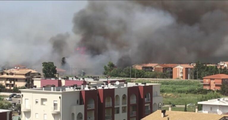 Le fiamme devastano Pescara Sud: case evacuate e feriti VIDEO-FOTO