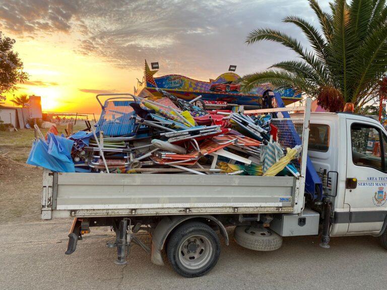 Alba Adriatica, ombrelloni sulle spiagge libere dopo il tramonto: scattano i primi sequestri FOTO