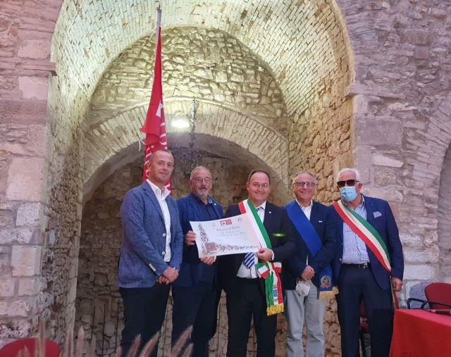 Casoli, cerimonia di consegna della bandiera dell'associazione I borghi più belli d'Italia