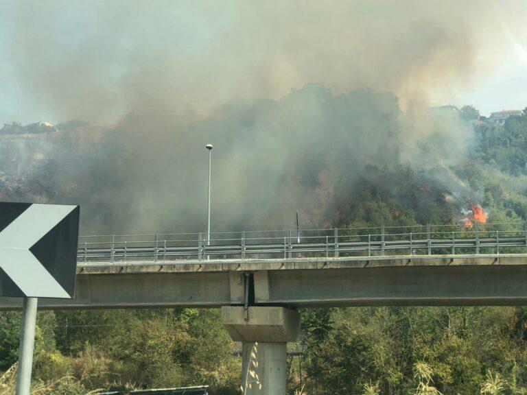 Teramo, incendio nella zona di Carapollo FOTO VIDEO