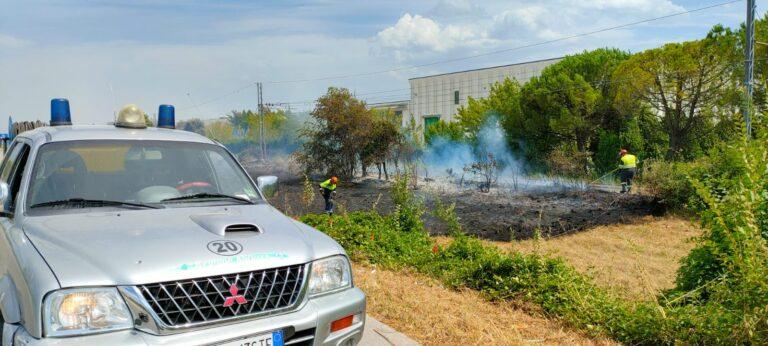 Mosciano, sterpaglie in fiamme vicino ai binari della ferrovia FOTO