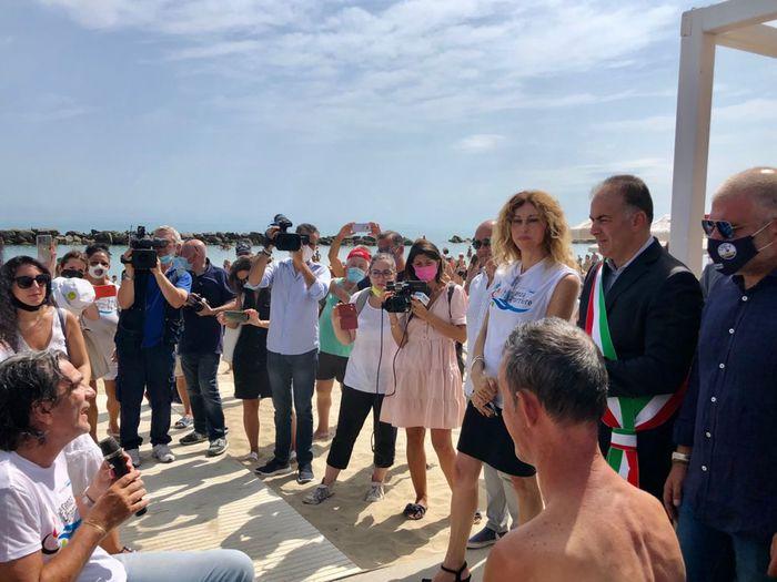 Montesilvano, il ministro Stefani in visita alla spiaggia per disabili