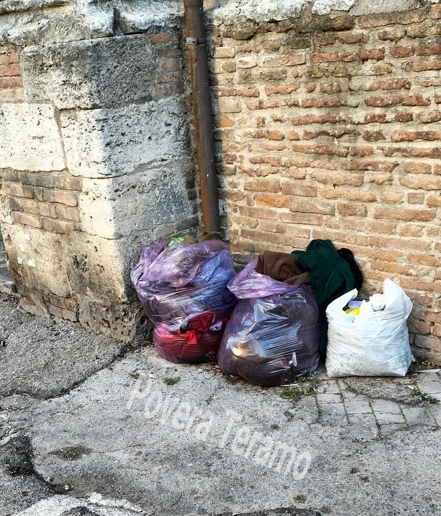 Rifiuti abbandonati in città: la segnalazione di Povera Teramo FOTO